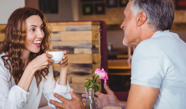 لماذا يقع الرجال في حب الشابات؟