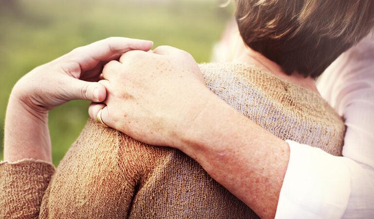 لماذا تقع النساء الأكبر سنا في حب الرجال الأصغر سنا؟